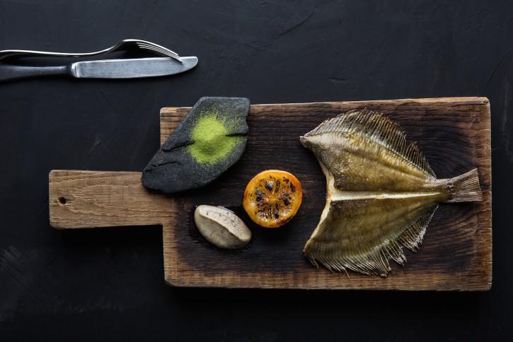 Камбала с еловой солью и печеным лимоном