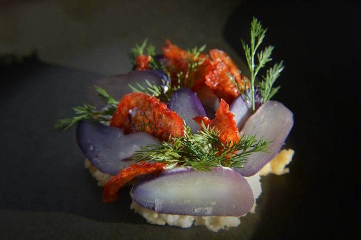 Картофель, паштет из ящерицы, йогурт, укроп и вяленые томаты