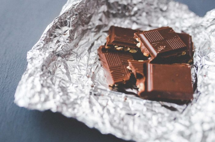chocolate-pieces-on-aluminum-foil-Фото автора Kaboompics .com Pexels