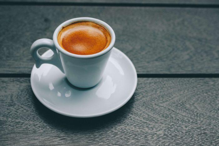 white-ceramic-mug-and-saucer-Фото автора Victor Freitas Pexels
