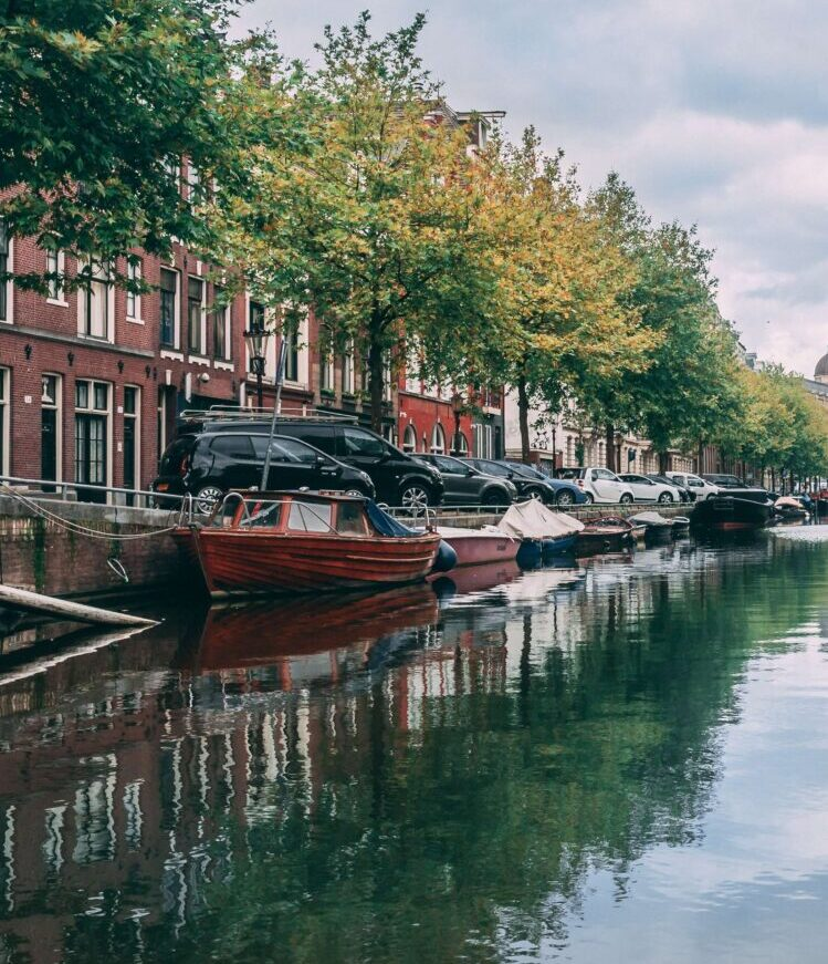 Фото Хаита Голи из Pexels писсуары в Амстердаме)