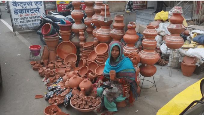 женщина-гончар в Индии