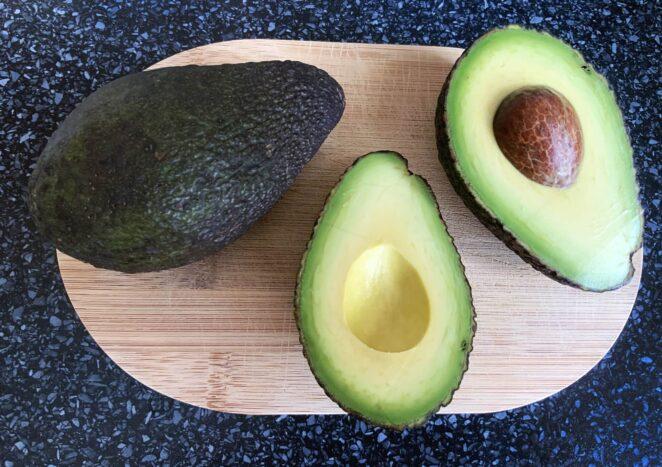 что делают с кожей авокадо Изображение Nana Cola с сайта Pixabay