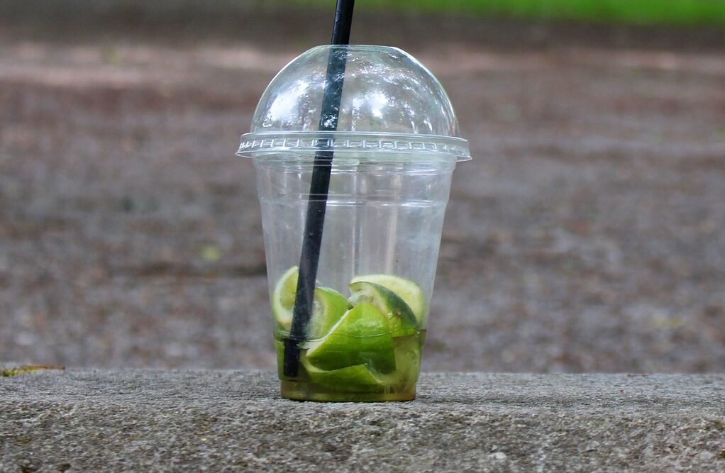 пластиковый стаканчик Изображение jona3 с сайта Pixabay