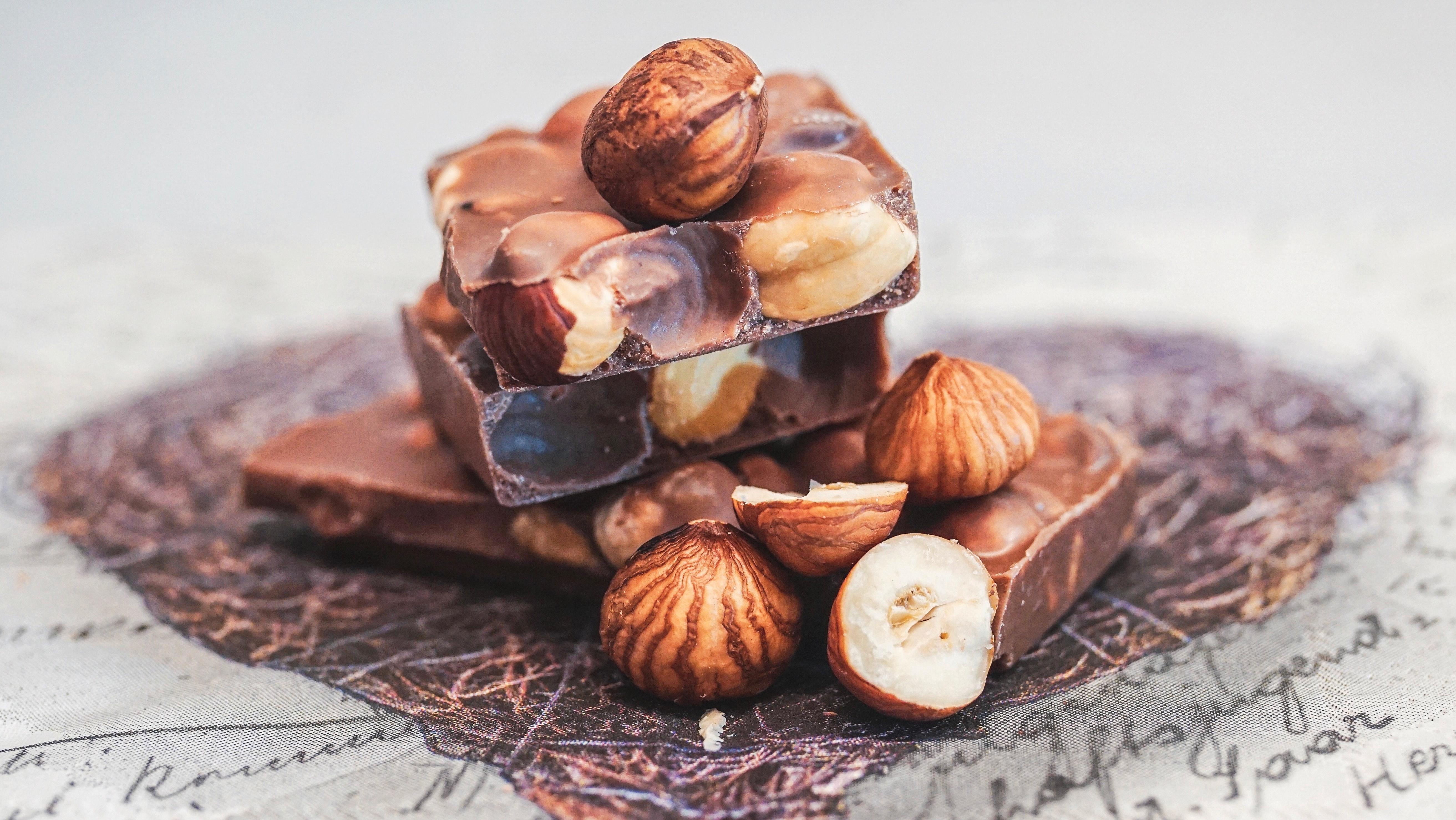 шоколад с орехами pexels-susanne-jutzeler