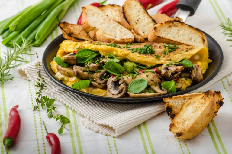 Omelet with mushrooms, lamb's lettuce, herbs and chilli, french toasts