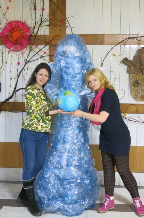 Гюзель Амирова и скульптура из мусора