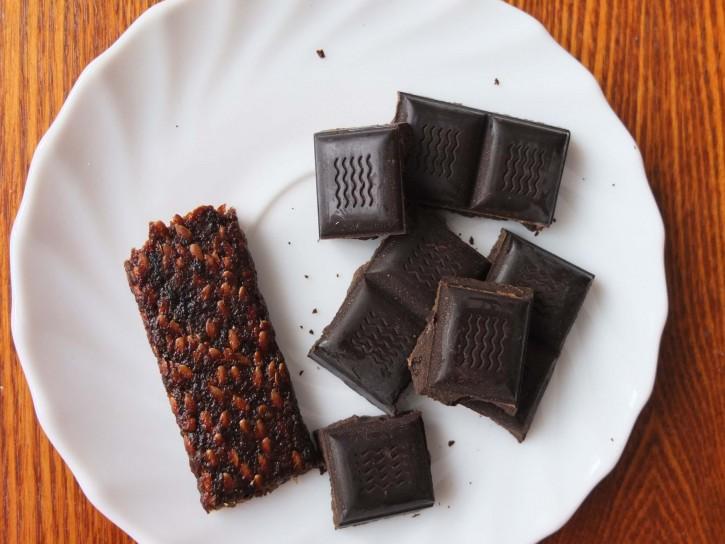 питательный батончик и шоколад