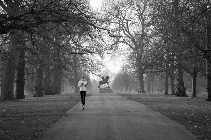бежит в парке