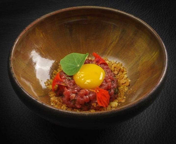Тартар с настурциями, хрустящая маниока и яичный желток
