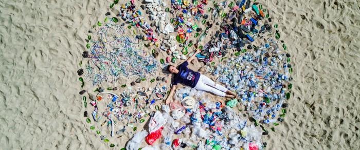 Участница кампании ЮНЕП «Чистые моря» на пляже в Бали, Индонезия